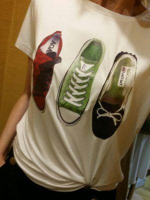 Camiseta-estampada-zapatos-V0HV147-banes-moda-ramallosa-nigran