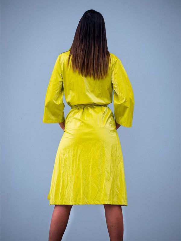 gabardina--metalizada-amarillo-lima-banes-moda-ramallosa-nigran-t